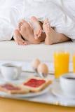 Déjeuner de lune de miel d'hôtel de luxe - couple dans le bâti Image stock