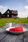 Déjeuner de pastèque dans la campagne Photo libre de droits