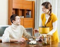 Déjeuner de portion de femme à la table Images libres de droits