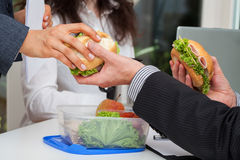 Déjeuner de travail de clivage avec des associés Images stock