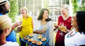 Déjeuner divers de personnes traînant dehors le concept Photos stock