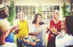 Déjeuner divers de personnes traînant dehors le concept Photographie stock