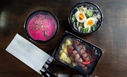 Déjeuner emballé pour la livraison avec la table en bois Salade Boîte image libre de droits