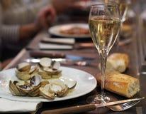 Déjeuner espagnol classique - vin blanc, pain et moules photographie stock libre de droits