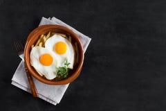 Déjeuner espagnol traditionnel - les oeufs au plat avec des pommes frites, porc traité découpe le jamon en tranches Copiez l'espa Images stock