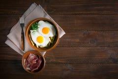 Déjeuner espagnol traditionnel - les oeufs au plat avec des pommes frites, porc traité découpe le jamon en tranches copiez l'espa Photos stock