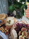 Déjeuner grec organique avec des figues photo libre de droits