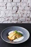 Déjeuner grec sain de cuisine Salade de quinoa avec du fromage et des légumes sur la table noire Photos libres de droits
