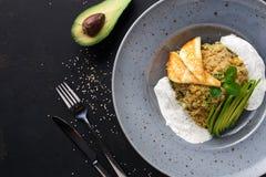 Déjeuner grec sain de cuisine Salade de quinoa avec du fromage et des légumes sur la table noire Image libre de droits