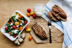 Déjeuner léger de pays décrit dans la lumière naturelle Images stock