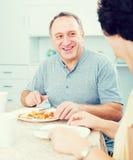 Déjeuner mangeur d'hommes et écouter la femme Images stock