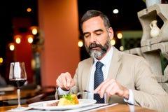 Déjeuner mangeur d'hommes supérieur dans le restaurant Photographie stock