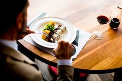 Déjeuner mangeur d'hommes supérieur dans le restaurant Images stock