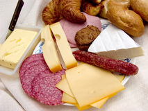Déjeuner, pain frais, fromage et viande. Photographie stock