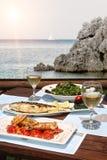 Déjeuner pour deux par la mer Photographie stock