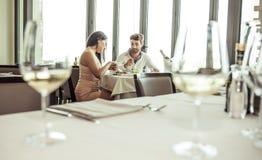Déjeuner romantique dans un restaurant de fantaisie Image stock