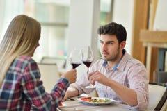 Déjeuner romantique dans un restaurant de fantaisie couples se reposant et mangeant au temps de déjeuner Photographie stock