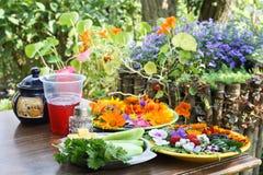Déjeuner rural avec des fleurs photo stock