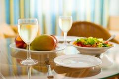Déjeuner sain naturel de nourriture avec un verre de vin sur une table transparente Photos stock