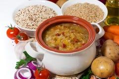 déjeuner sain, soupe avec des haricots et légumes, plan rapproché Photo libre de droits