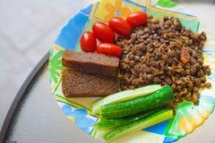 Déjeuner végétarien - les lentilles et les légumes frais panent des tranches Photo stock