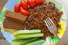 Déjeuner végétarien - les lentilles et les légumes frais panent des tranches Images libres de droits