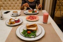 Déjeunez au restaurant d'hôtel avec une amie seule photos stock