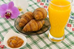 Déjeunez avec des bananes de croissants de jus d'orange avec l'orchidée que les fleurs de côté recourent concept d'amour de vacan Image libre de droits