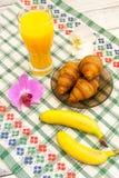 Déjeunez avec des bananes de croissants de jus d'orange avec l'orchidée que les fleurs de côté recourent concept d'amour de vacan Photos libres de droits