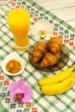 Déjeunez avec des bananes de croissants de jus d'orange avec l'orchidée que les fleurs de côté recourent concept d'amour de vacan Photos stock