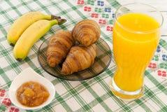 Déjeunez avec des bananes de croissants de jus d'orange avec l'orchidée que les fleurs de côté recourent concept d'amour de vacan Photo libre de droits
