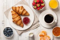 Déjeunez avec des croissants, des confitures de café et des baies photographie stock libre de droits