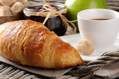 Déjeunez avec du café, le croissant français et le bourrage Photos stock