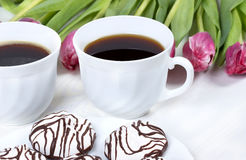 Déjeunez avec du café, les tulipes fraîches et le gâteau sur la table en bois Photo stock