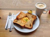 Déjeunez avec du pain grillé, les oeufs, et le café Photo libre de droits