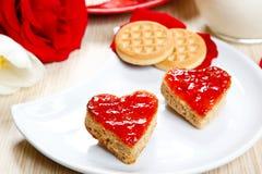 Déjeunez avec l'amour et les foyers rouges de la confiture Images libres de droits