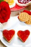 Déjeunez avec l'amour et les foyers rouges de la confiture Photo libre de droits