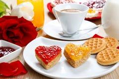Déjeunez avec l'amour et les foyers rouges de la confiture Image libre de droits