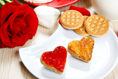 Déjeunez avec l'amour et les foyers rouges de la confiture Photographie stock