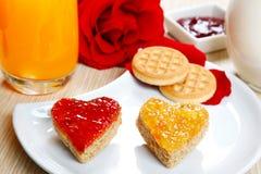 Déjeunez avec l'amour et les foyers rouges de la confiture Images stock