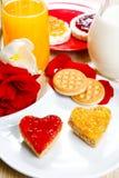 Déjeunez avec l'amour et les foyers rouges de la confiture Photographie stock libre de droits