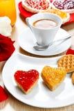 Déjeunez avec l'amour et les foyers rouges de la confiture Image stock