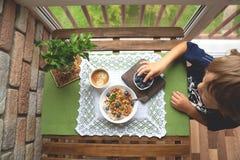 Déjeunez avec la farine d'avoine, la granola et la myrtille sur le fond en bois images libres de droits