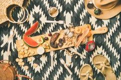 Déjeunez avec la saucisse, le fruit, le fromage de brie, les écrous et les accessoires de paille Photographie stock libre de droits