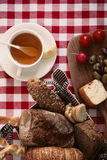 Déjeunez avec la tomate, le radis, les olives, le fromage et le thé Images stock