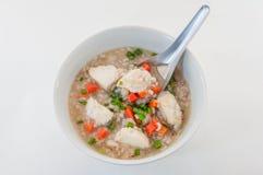 Déjeunez avec le bol de soupe à riz sauvage et brun avec des poissons Photos stock