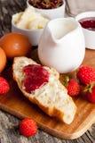 Déjeunez avec le croissant, la confiture, les baies fraîches et le beurre Photographie stock
