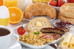 Déjeunez avec le jus d'orange, confiture d'oranges, café, bagels, les fruits a Image stock