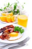 Déjeunez avec le lard, l'oeuf sur le plat et le jus d'orange Images stock