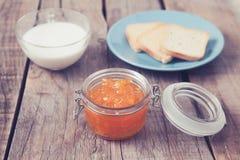 Déjeunez avec le style de vintage de pain grillé de lait et de confiture d'oranges Images stock